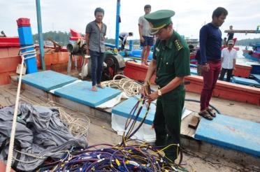 Một tàu cá ngư dân Quảng Ngãi bị tàu Trung Quốc tấn công, phá tài sản trong năm 2015. Ảnh: Tử Trực