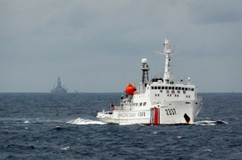 Một tàu tuần duyên Trung Quốc gần giàn khoan Hải Dương Thạch Du 981 mà Bắc Kinh cho kéo đến vùng biển Hoàng Sa của Việt Nam ngày 13/06/2014.