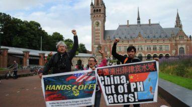 Ngay trước giờ toà PCA ra phán quyết, một số người ủng hộ đơn kiện của Philippines tụ tập trước cổng toà tại Điện Hoà Bình, The Hague, hô vang các khẩu hiệu phản đối Trung Quốc. Ảnh: BBC