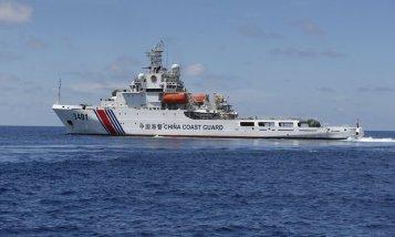 Tàu bảo vệ bờ biển của Trung Quốc án ngữ tại Bãi Cỏ Mây, thuộc quần đảo Trường Sa ở Biển Đông. Ảnh: Reuters