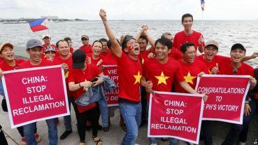 Người Việt tuần hành ở Manila trước khi Toà Trọng tài LHQ ra phán quyết bác bỏ tuyên bố chủ quyền của Trung Quốc ở Biển Đông, 12/7/2016, Philippines. AP