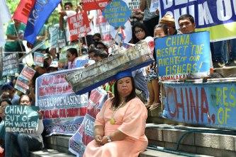 Người dân Philippines biểu tình phản đối trước Tòa Đại sứ Trung Quốc ở Manila hôm 12/7/2016. Ảnh: AFP