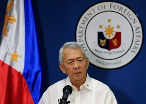 Ngoại trưởng Philippines, ông Perfecto Yasay gives a brief statement regarding the issuance of the award by the arbitral tribunal constituted by the United Nations Convention on the Law of the Sea (UNCLOS) during a press conference at the Department of Foreign Affairs headquarters in Pasay city, metro Manila, Philippines July 12, 2016. REUTERS/Romeo Ranoco