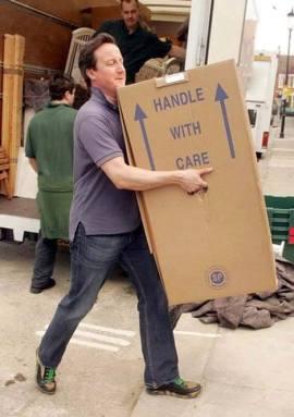 Hình ảnh cựu Thủ tướng Anh tự mình khiêng đồ khiến cộng đồng mạng vô cùng yêu thích. (Ảnh: Twitter)