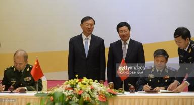 Ủy viên quốc vụ viện TQ Dương Khiết Trì và Bộ trưởng Phạm Bình Minh. Ảnh: Getty/ Tran Dinh Nam