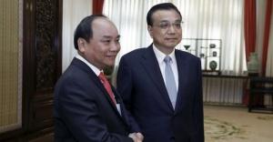 Thủ tướng Nguyễn Xuân Phúc và người đồng cấp Trung Quốc Lý Khắc Cường (phải)