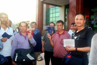 """Đoàn du khách Trung Quốc nhập cảnh Việt Nam tại cửa khẩu quốc tế Lào Cai, trong số này có bốn hộ chiếu bị đóng dấu hủy vì có """"đường lưỡi bò"""" - Ảnh: HỒNG THẢO"""