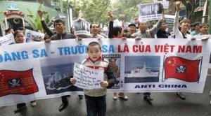 Người dân VN biểu tình chống Trung Quốc năm 2011, sau sự kiện TQ cắt cáp tàu Bình Minh 02. Ảnh: internet