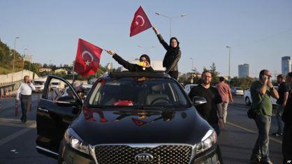 Người dân Thổ Nhĩ Kỳ vẫy quốc kỳ Istanbul 16/7. Ảnh: AP