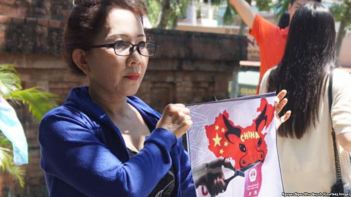 """Người biểu tình giơ cao hình ảnh về bản đồ tuyên bố chủ quyền gần như toàn bộ biển Đông của Trung Quốc, hay còn được gọi là """"đường lưỡi bò"""". Ảnh: FB Nguyễn Ngọc Như Quỳnh."""