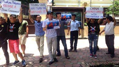 Một số người biểu tình phản đối Trung Quốc tụ tập trước tòa đại sứ Philipppines để 'cảm ơn' vụ kiện ở Tòa PCA. Ảnh: FB