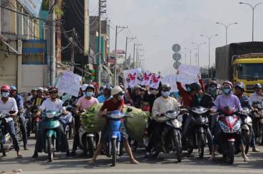 Người dân Saigon xuống đường ủng hộ Philippines kiện TQ, cắt lưỡi bò. Ảnh: FB