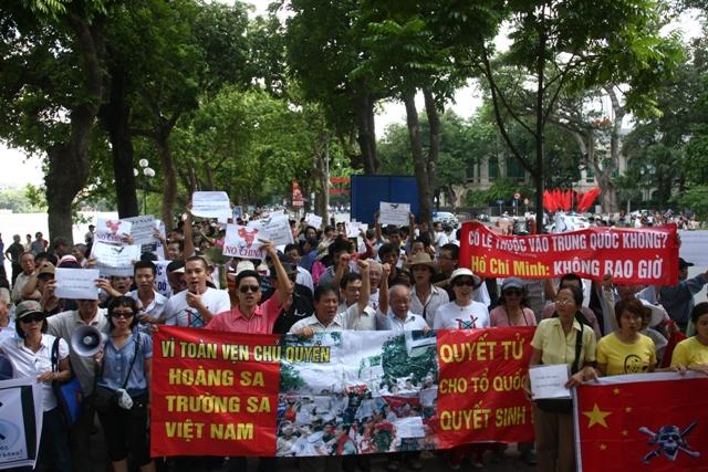 Hình ảnh người dân Hà Nội xuống đường biểu tình chống TQ năm 2012. Nguồn: internet