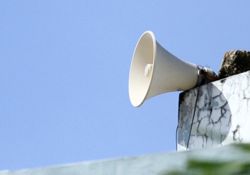 Cụm loa bị chèn sóng nói tiếng Trung Quốc đã được rút nguồn điện. Ảnh: Nguyễn Đông.