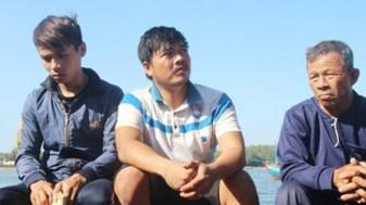 Ba ngư dân đặc biệt trên tàu cá của ông Võ Văn Lựu vừa bị Trung Quốc đâm chìm giữa Hoàng Sa thoát chết trở về: Ông nội Võ Băng (72 tuổi), cháu rể Nguyễn Trung Hậu và cháu nội Võ Văn Cầu (từ phải qua). Ảnh: H. Văn.