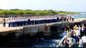 Cán bộ, chiến sĩ đảo Trường Sa Lớn ra tận cầu tàu chia tay khách đến thăm đảo. Ảnh: Hoàng Hà