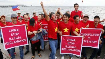 Người Việt vui mừng tuần hành ở Manila trước khi Toà Trọng tài LHQ ra phán quyết bác bỏ tuyên bố chủ quyền của Trung Quốc ở Biển Đông, 12/7/2016, Philippines. Ảnh: AP