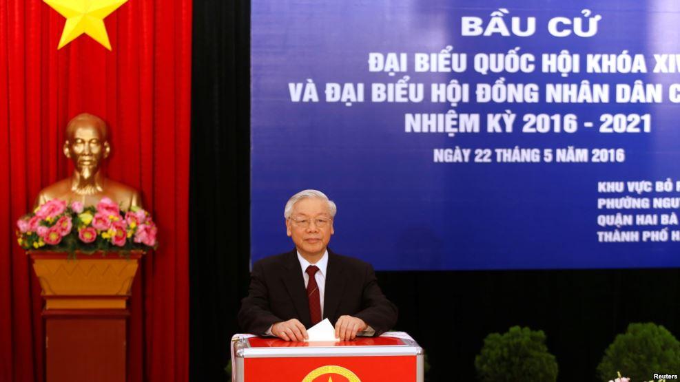 Tổng bí thư Nguyễn Phú Trọng bỏ phiếu bầu đại biểu Quốc hội khóa 14 và Hội đồng nhân dân tại một trạm bỏ phiếu ở Hà Nội, 22/5/2016. Ảnh: Reuters