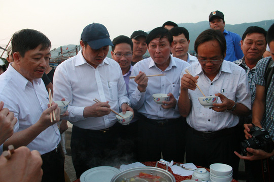 Chủ tịch UBND TP Đà Nẵng Huỳnh Đức Thơ (thứ 2, từ trái qua) và các lãnh đạo sở, ngành ăn hải sản cùng ngư dân Ảnh: Trần Thường