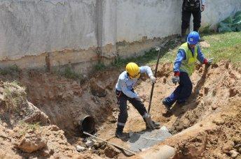 Các công nhân Formosa thực hiện việc cắt bỏ đường ống xả thải ngầm nối từ bên trong nhà máy ra ngoài mương thoát lũ ngày 15-7 - Ảnh tư liệu