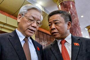 TBT Đảng cộng sản VN Nguyễn Phú Trọng (T) và ông Võ Kim Cự, Chủ tịch UBND tỉnh Hà Tĩnh, nói chuyện với nhau trước phiên khai mạc kỳ họp Quốc hội tại Hà Nội vào ngày 19/5/2014.