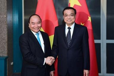 Thủ tướng Nguyễn Xuân Phúc gặp Thủ tướng Trung Quốc Lý Khắc Cường bên lề hội nghị ASEM ở Mông Cổ