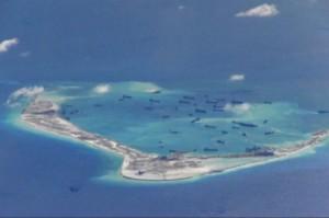 Các tàu nạo vét của Trung Quốc làm việc trên công trường của các đảo nhân tạo trên và xung quanh Đá Vành Khăn thuộc quần đảo Trường Sa của Biển Đông ngày 2 tháng 5. Hải quân Hoa Kỳ gần đây gửi một tàu chiến để tuần tra gần các đảo nhân tạo của Chế độ Trung Cộng. (US Navy)