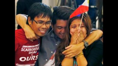 Người dân Philippines ăn mừng trước chiến thắng trong vụ kiện đường lưỡi bò. Ảnh: AP