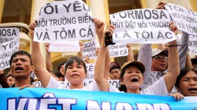 Người Việt Nam biểu tình chống công ty Formosa. Ảnh: EPA