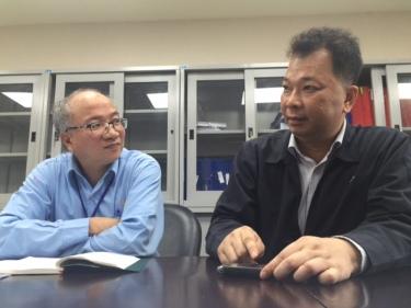 """Ông Chu Xuân Phàm (phải) đại diện Formosa từng nổi tiếng với câu hỏi """"chọn thép hay chọn tôm cá?"""" (Ảnh: Vietnamnet.vn)."""