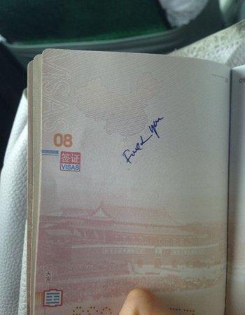 """Ảnh trang hộ chiếu bị ghi 2 chữ """"F*ck you"""". Nguồn: Hoàn Cầu Thời báo"""