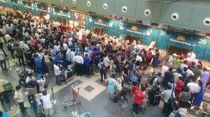 Hành khách đứng kín khu vực làm thủ tục ở sân bay Nội Bài khi xảy ra vụ tin tặc tấn công. Ảnh: internet