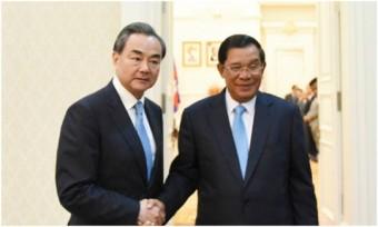 Thủ tướng Campuchia Hun Sen và Ngoại trưởng Trung Quốc Vương Nghị. Ảnh: internet