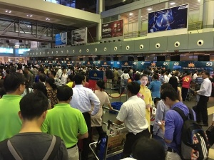 Hành khách xếp hàng trật tự tại sân bay Nội Bài, không có nghĩa
