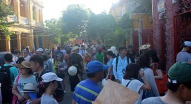 Các đoàn khách TQ huyên náo trong phố cổ Hội An. Ảnh: Lao Động