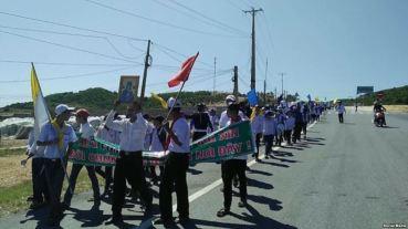 Hàng ngàn giáo dân giáo phận Vinh đồng loạt xuống đường phản đối Formosa, 7/8/2016. Ảnh: Facebook Hung Tran