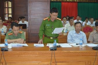 Đại tá Phạm Minh Thắng cho biết vtv đã nhờ người dân cưa cây để làm phóng sự phá rừng. Ảnh: QA