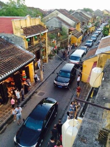 """Đoàn xe của Thủ tướng CP đi trong khu phố đi bộ ở Hội An,  chiều tối 8/8/2016. Ngoài """"bọn dân chủ"""", không người dân thường nào  có ý kiến gì với Thủ tướng về hành vi gây rối này.  Photo courtesy of Street Life."""
