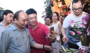 Selfie cùng thủ tướng ở Phố cổ Hội An. Ảnh: Quang Hiếu/VGP