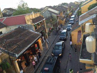 Giàn xe hộ tống thủ tướng Nguyễn Xuân Phúc chạy trong phố cổ Hội An. Ảnh: internet