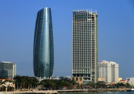 """Trung tâm hành chính Đà Nẵng, tòa nhà """"quả bắp"""" bên trái. Nguồn: báo Đà Nẵng."""