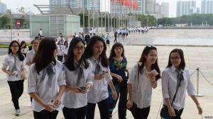 Các em học sinh trung học phổ thông tại Trung tâm Hội nghị Quốc gia ở Hà Nội. (Ảnh tư liệu). Ảnh: Reuters.