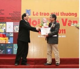 Nhà thơ Hữu Thỉnh trao giải thưởng cho nhà văn Trung Trung Đỉnh. Ảnh: VanVN