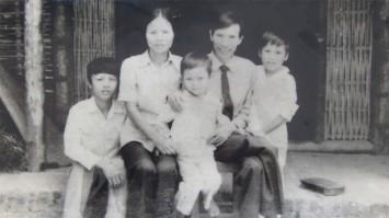 Gia đình nhà văn Phùng Gia Lộc - Ảnh: Tư liệu gia đình/ báo TN