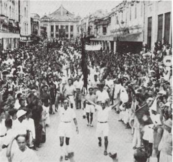 Việt Minh biểu tình cướp chính quyền của chính phủ Trần Trọng Kim ngày 19/8/1945 tại Phủ Khâm sai Bắc Kỳ. Ảnh: internet