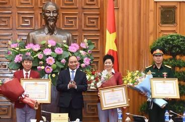 Thủ tướng Nguyễn Xuân Phúc trao Huân chương Lao động hạng nhất cho xạ thủ Hoàng Xuân Vinh. Ảnh: Ngọc Dung/ VNE.