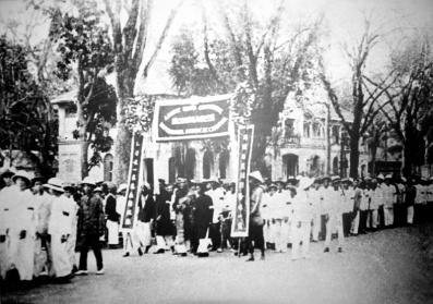 Người dân Sài Gòn đã dám đứng lên làm cách mạng, chống lại thực dân Pháp, tại đám tang cụ Phan Chu Trinh năm 1926. Ảnh: internet