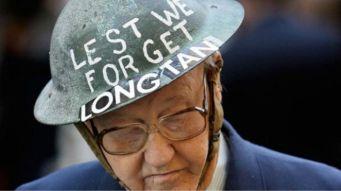 Ảnh tư liệu cho thấy một cựu binh Úc đội chiếc nón tưởng niệm trận Long Tân. Ảnh: Getty