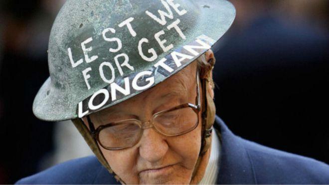 Ảnh tư liệu cho thấy một cựu binh Úc đội chiếc nón tưởng niệm trận Long Tân. Nguồn: Getty