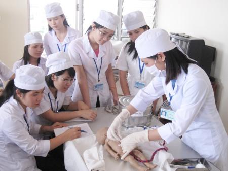 Sinh viên ngành y đang thực tập. Ảnh: internet